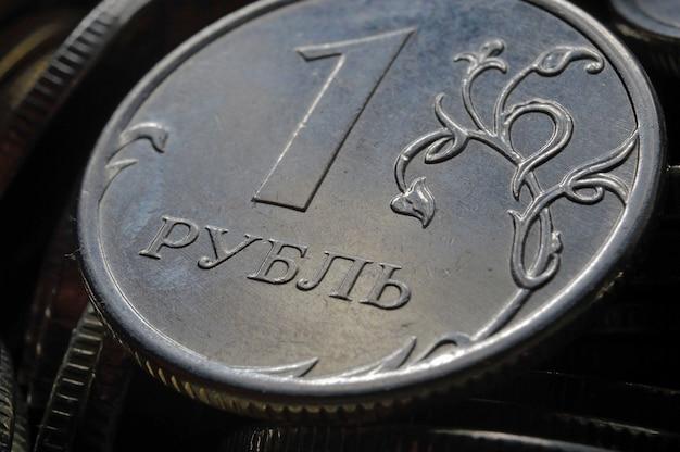 Moneta rosyjska 1 rubel (rewers) na tle innych rubli rosyjskich o różnych nominałach. makro.