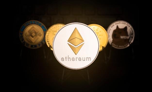 Moneta tytanowa ethereum i inne tło monety kryptowaluty, koncepcja wirtualnego pieniądza cyfrowego