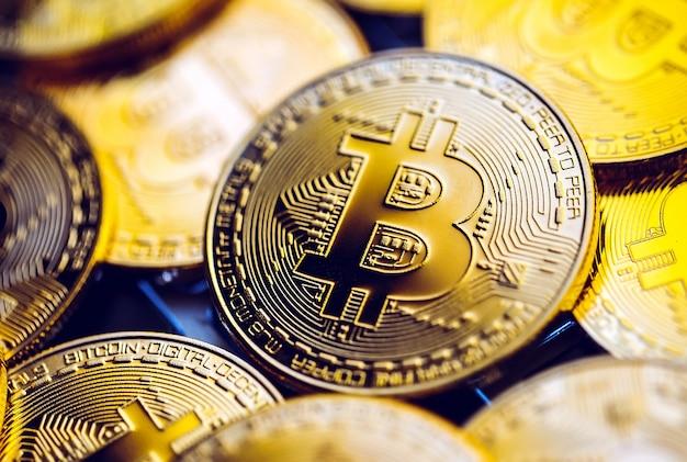 Monety bitcoin na klawiaturze laptopa. kryptowaluta.