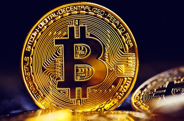 Monety bitcoin na klawiaturze laptopa.