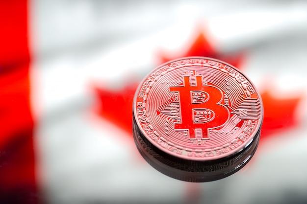 Monety bitcoin, na tle flagi kanady, pojęcie wirtualnych pieniędzy, zbliżenie. obraz koncepcyjny.