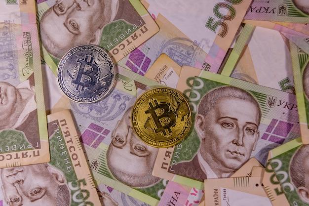 Monety bitcoin na ukraińskich banknotach pięćset hrywien