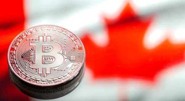 Monety bitcoin nad flagą kanady, koncepcja wirtualnych pieniędzy, zbliżenie. obraz koncepcyjny.