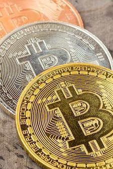 Monety bitcoin z miejsca na kopię.
