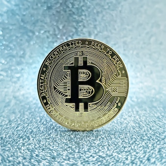 Monety bitcoins na białym tle na tle płyty głównej. waluta krypto, bitcoin.