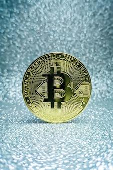 Monety Bitcoins Na Białym Tle Na Tle Płyty Głównej. Waluta Krypto, Bitcoin. Premium Zdjęcia