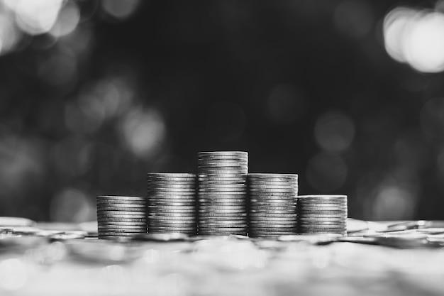 Monety były ułożone w stos po pięć, a dookoła leżało wiele monet.