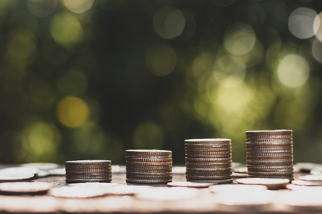 Monety były ułożone w stosy po cztery, a wokół leżało wiele monet.