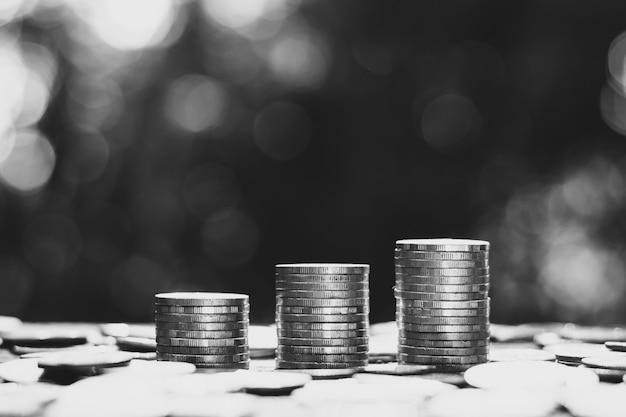 Monety były ułożone w trzy stosy, a wokół leżało wiele monet.