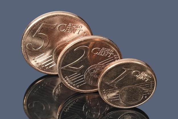 Monety euro centowe na ciemnej powierzchni biznes i finanse