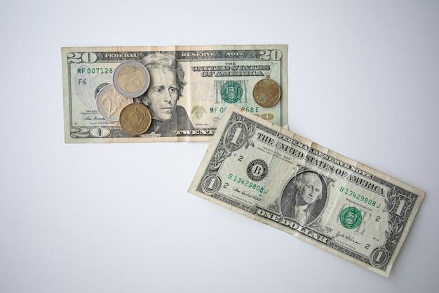 Monety euro i banknoty dolara amerykańskiego