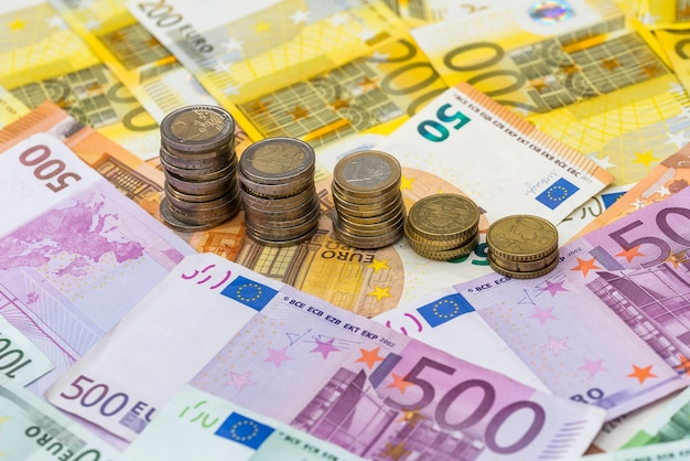 Monety euro na banknotach euro jako tło