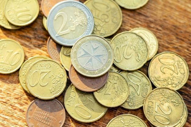 Monety euro stosu paczki rozsypiska stara ośniedziała mosiężna sterta na drewnianym stole