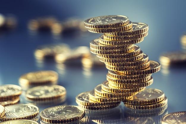 Monety euro ułożone jeden na drugim w różnych pozycjach.