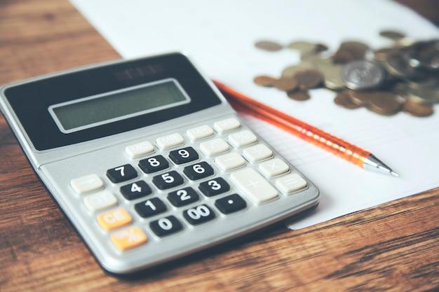 Monety i dokument księgowy dla finansów