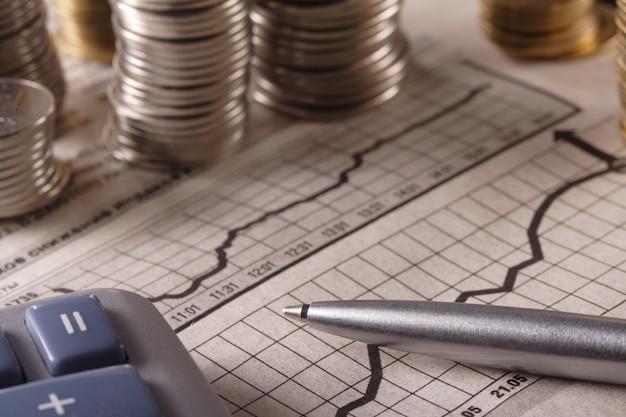 Monety i wykres na koncepcji biznesowej wykresu