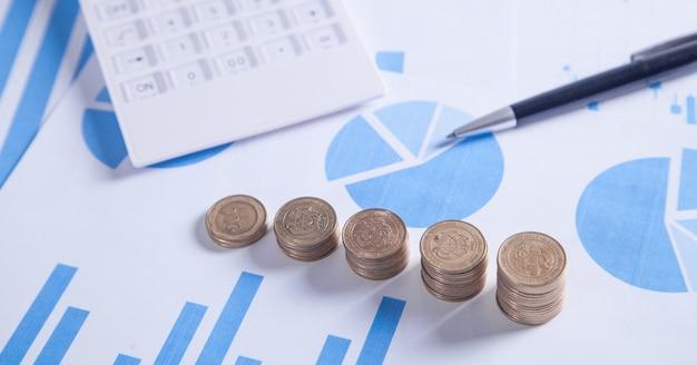Monety i wykresy. koncepcja finansowa