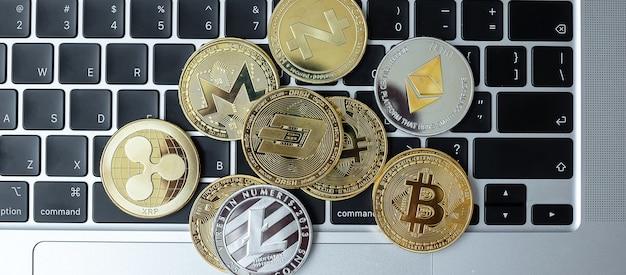 Monety kryptowalut na klawiaturze