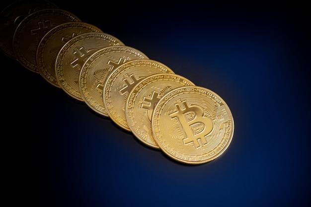 Monety kryptowaluty bitcoin na czarnym tle ekranu