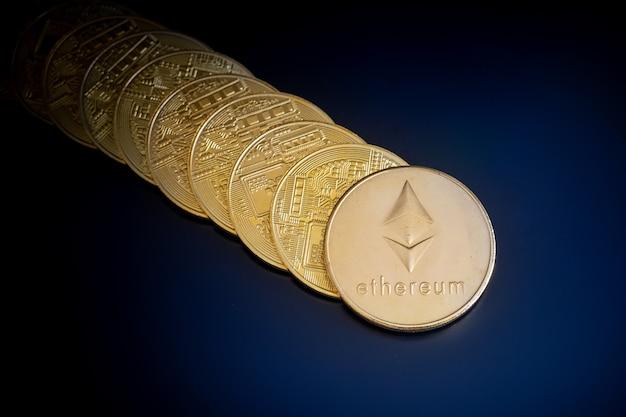 Monety kryptowaluty ethereum na czarnym tle ekranu