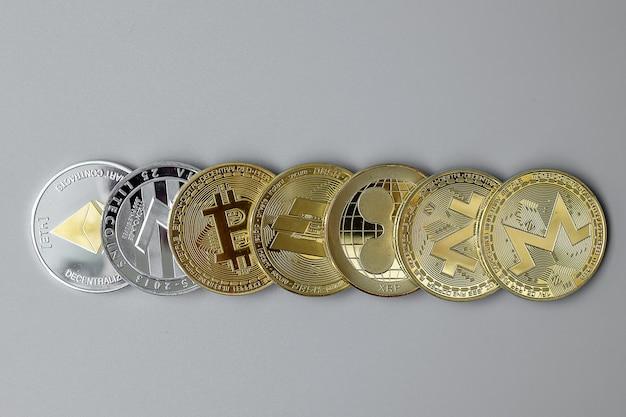 Monety kryptowaluty na szarym tle
