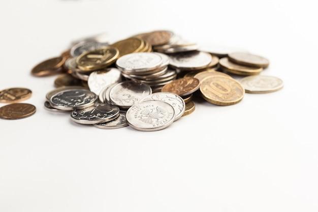Monety na białym tle