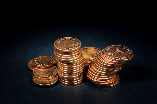 Monety na czarnym tle
