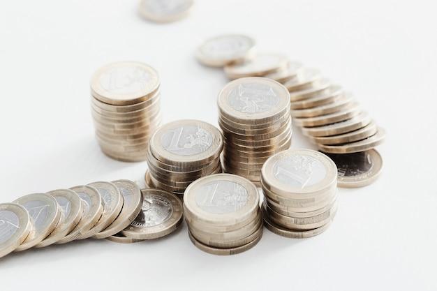 Monety na drewnianym stole