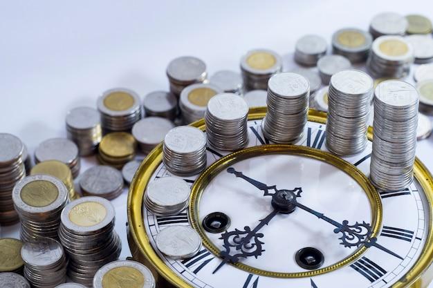 Monety na vintage zegar