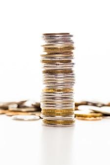 Monety odizolowywać na biel powierzchni