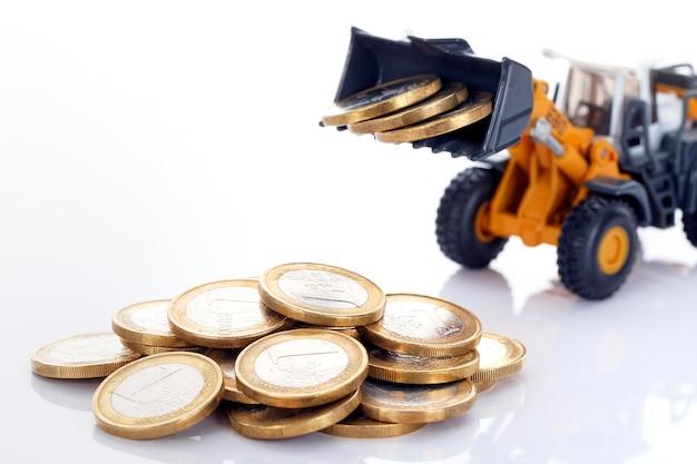 Monety pieniądze euro i ładowarka na białej przestrzeni