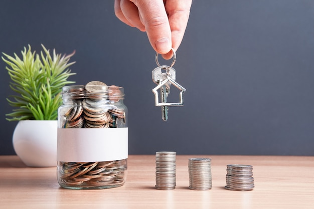 Monety są przechowywane w szklanym słoiku, aby gromadzić finanse