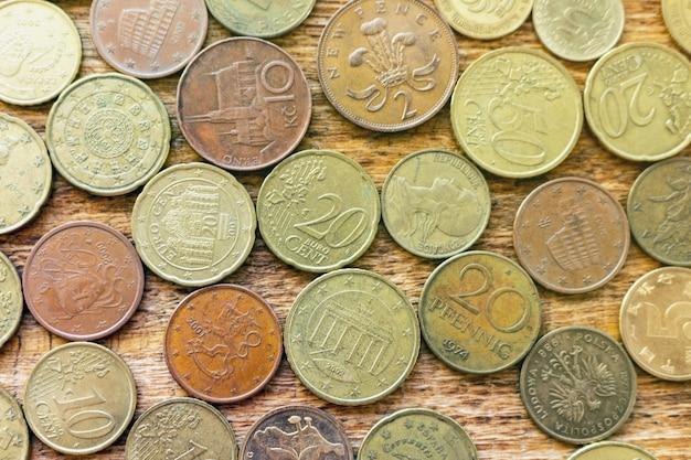 Monety stary ośniedziały mosiężny euro na drewnianym