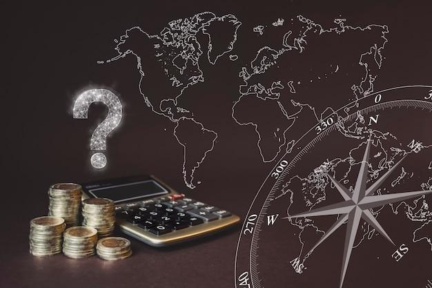 Monety stos i kalkulator oraz wirtualny gologram znaku zapytania i mapy świata. koncepcja biznesu