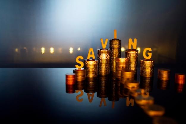 Monety strzały ze słowem oszczędności dla koncepcji finansów i biznesu, oszczędność pieniędzy koncepcji.