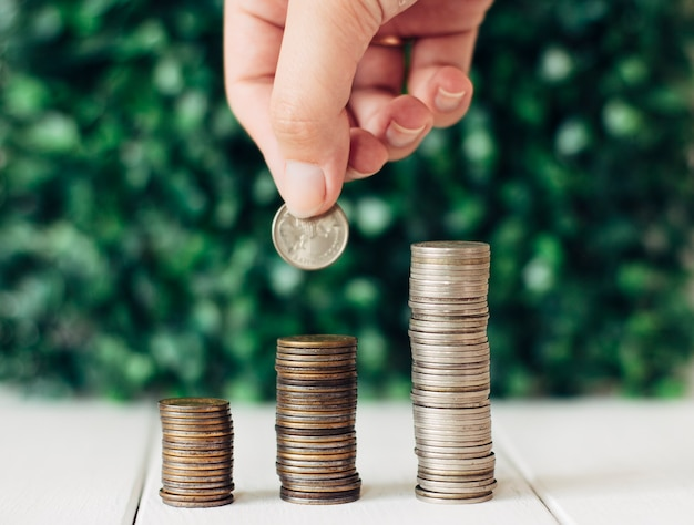 Monety ułożone wzrost finansów