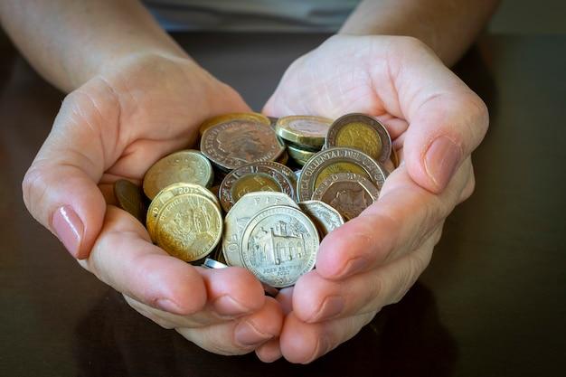 Monety w rękach. koncepcja oszczędności pieniędzy.