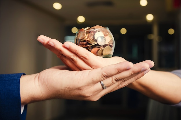 Monety w rękach. koncepcja oszczędzania pieniędzy