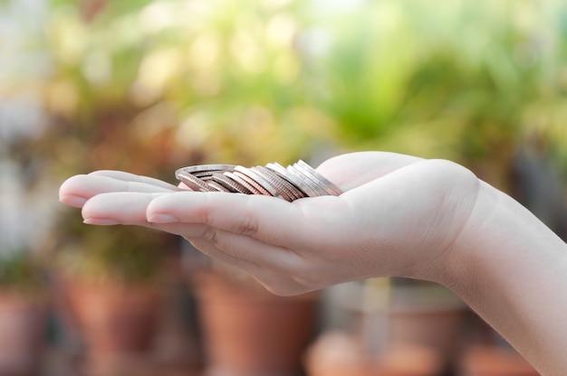 Monety w rękach oszczędzanie, darowizny fundusz inwestycyjny wsparcie finansowe dobroczynność dywidenda giełda giełda fundusz powierniczy zamożne darowizny planowana księgowość inkaso bankowość dłużna roi