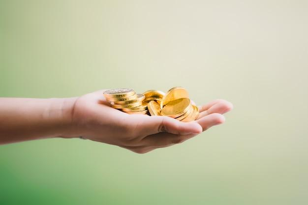 Monety w ręku, oszczędzanie, biznes dorasta koncepcja
