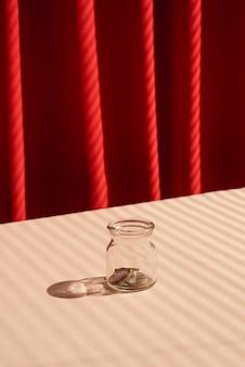Monety w szklanym słoju. koncepcja oszczędzania pieniędzy