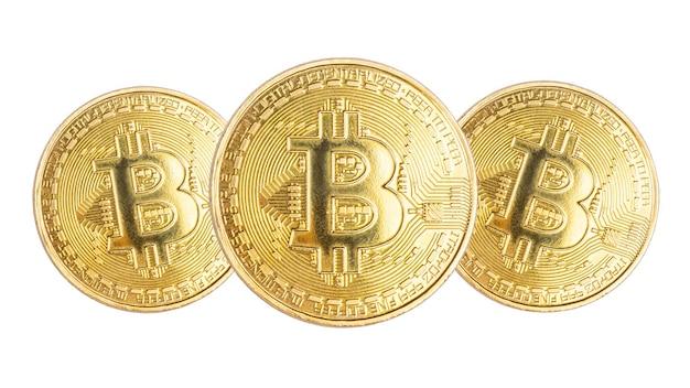 Monety waluty cyfrowej bitcoin do międzynarodowych płatności online trzy monety na białym tle