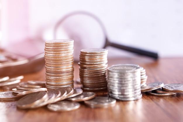 Monety z kalkulatorem i szkło powiększające tło biznes