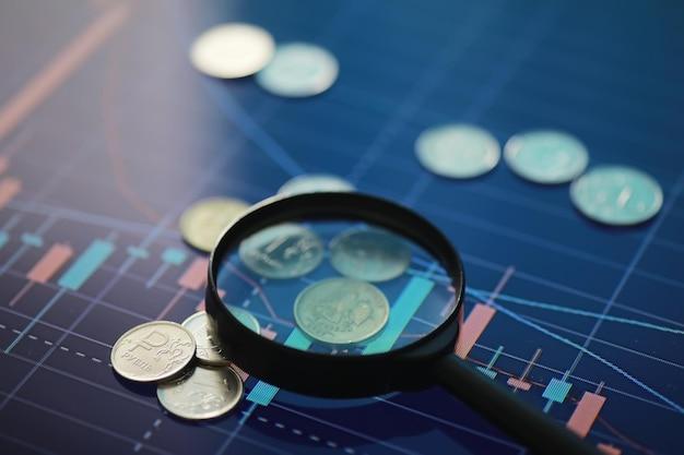 """Monety z napisem """"rubel"""". zmienność waluty krajowej. rosyjskie pieniądze. kurs wymiany. wyjście z kryzysu."""