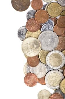 Monety z różnych krajów na białym tle