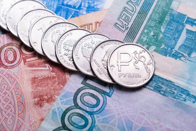 Monety z symbolem rosyjskiej waluty i różne rachunki