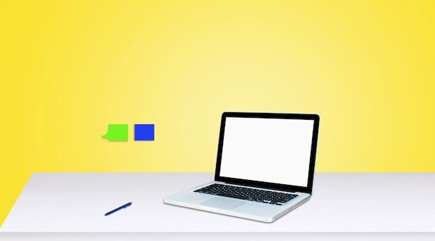 Monitor komputera na białym tle na biały ekran na biurku w stylu biurowym.