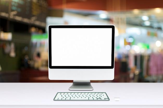 Monitor Komputera Na Białym Tle Na Białym Ekranie Na Biurku W Stylu Biura. Premium Zdjęcia