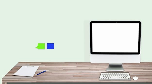 Monitor komputera na białym tle na białym ekranie na biurku w stylu biura.