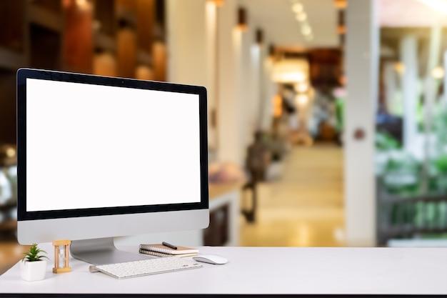 Monitor laptopa komputer cyfrowy biurko makieta pusty ekran pulpitu komputera z klawiaturą w kawiarni i restauracji lub co-working tle.